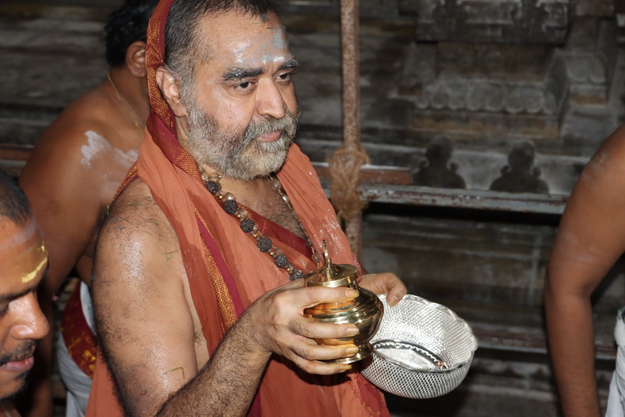 HH Shankaracharya Swamigal performs Abhishekam & Pujas to Sri Ramanathaswami at the Garbha Gruham